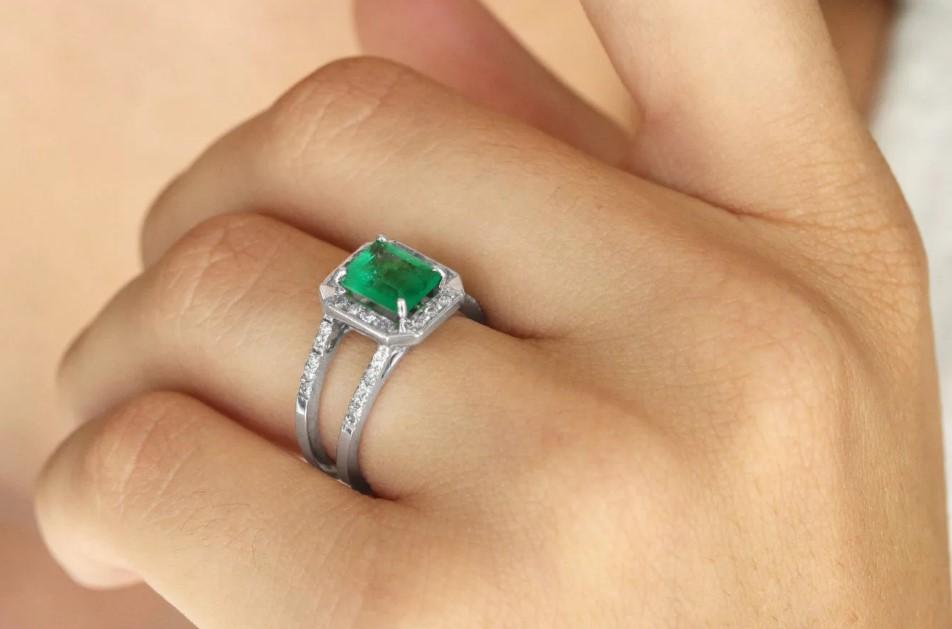 кольцо с изумрудом на левой руке