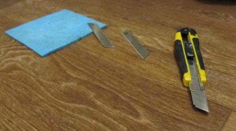 краска на линолеуме ножом