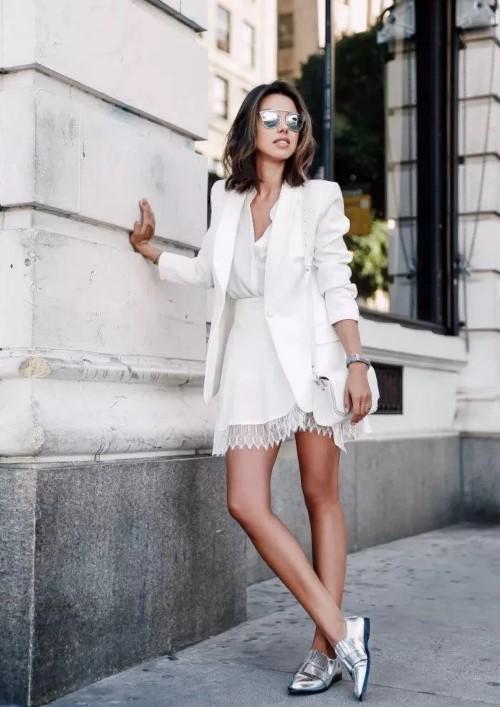 лоферы серебристые с белым платьем