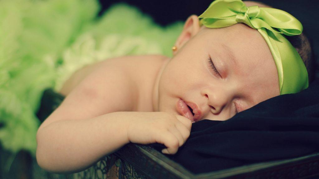 ребёнок спит в серёжках