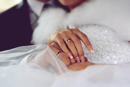 обручальные кольца на руках молодых