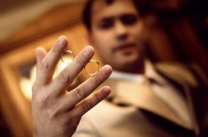 мужчина потерял обручальное кольцо