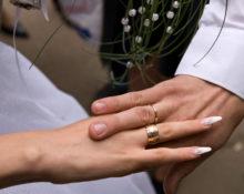 обручалка на безымянном пальце