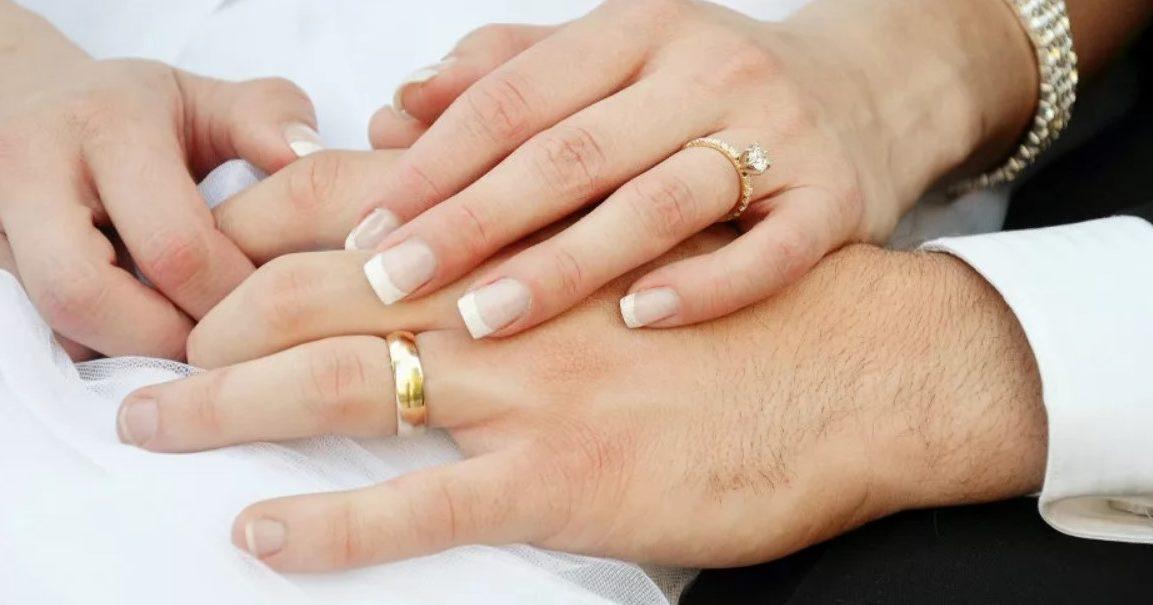 обручальные кольца на левой руке