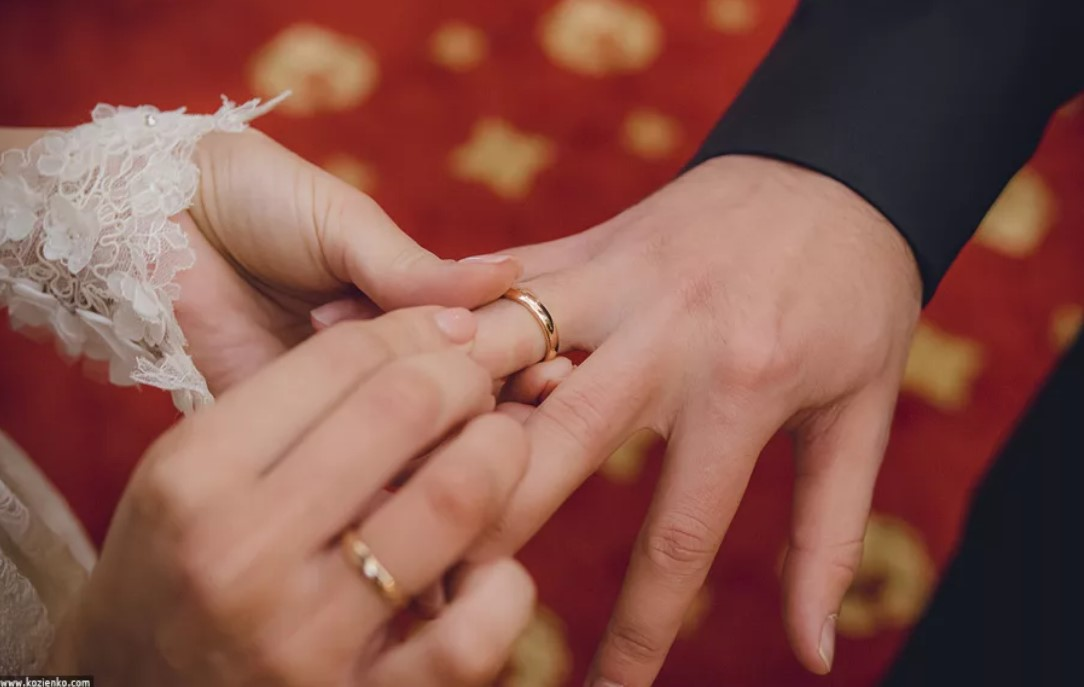 обручальные кольца на разных руках у молодоженов