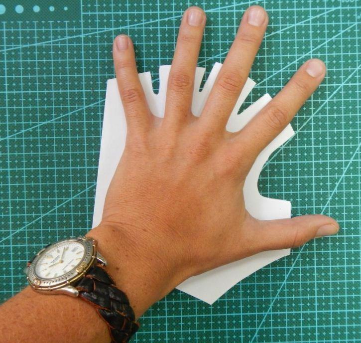 перчатки без пальцев руку кладем на выкройку для примерки