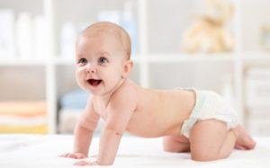 ребёнок в подгузниках трусиках