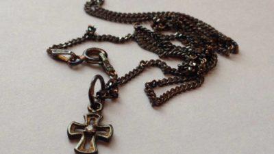 почернела цепочка с крестом