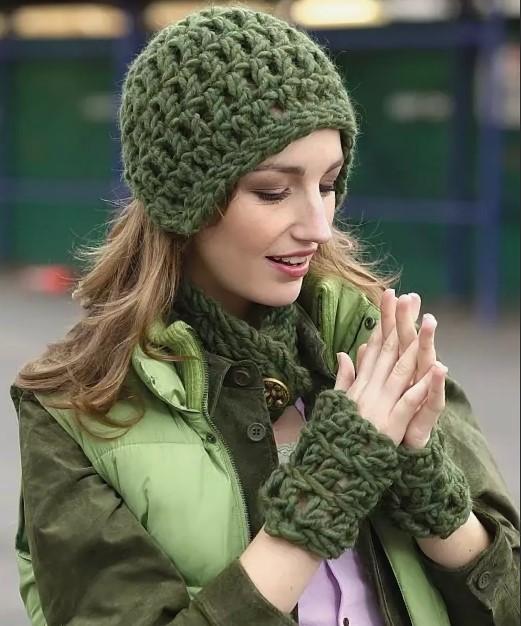 шапка крючком зеленая из толстой пряжи