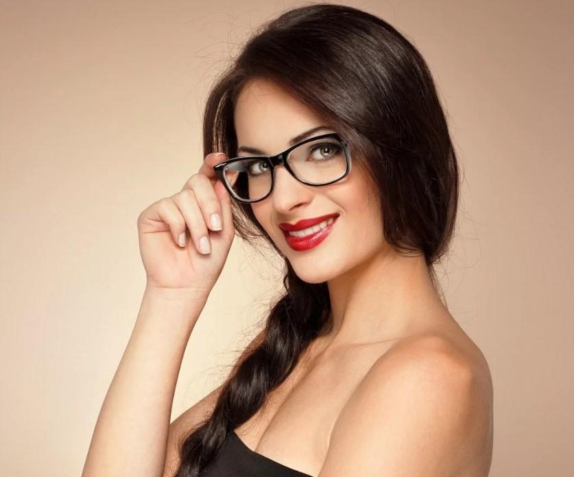 очки брюнетка
