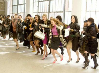 женщины в погоне за покупками