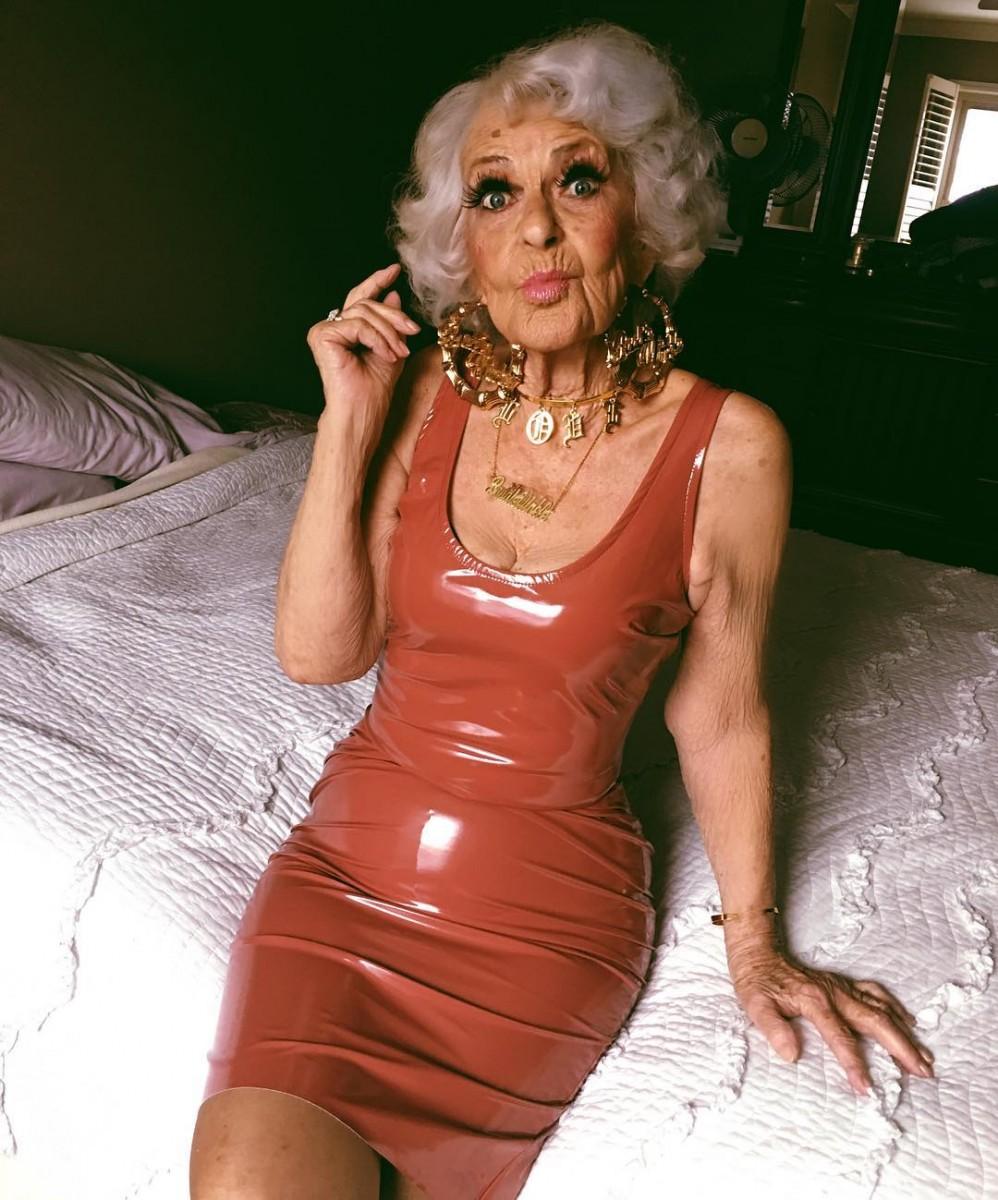 Бабушка в мини
