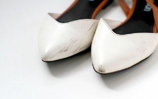 Царапины на белой обуви