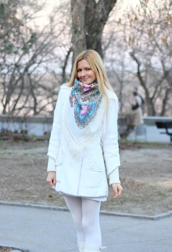 Платок под белое пальто