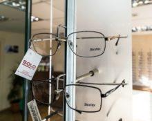 очки на витрине