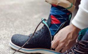 расстегивают ботинки