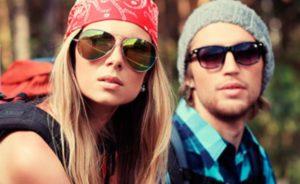 девушка и парень в очках рей бан