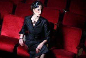 женщина в театре