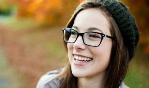 девушка в очках смеется