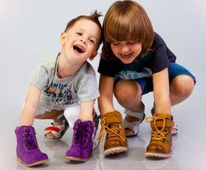 дети с обувкой на ручках