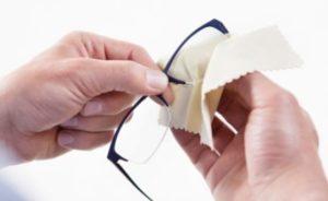 вытирает очки салфеткой