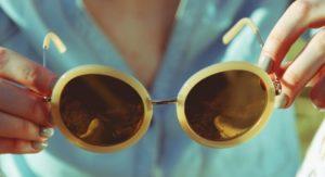 темные очки в белой оправе