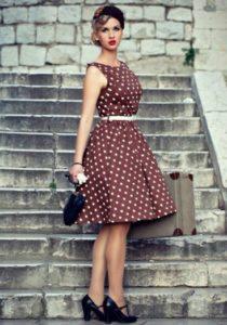 коричневое платье в горох