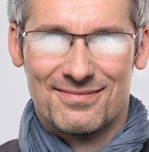 мужчина в запотевших очках