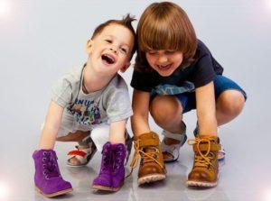 малыши с обувью