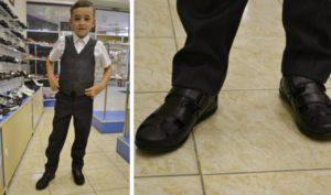 мальчик собирается в школу