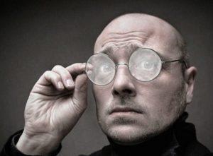 в круглых очках