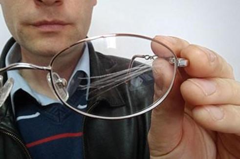 очки в царапинах