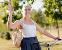 женщина с рюкзаком на велосипеде