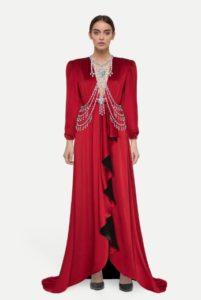 красное платье с подплечниками