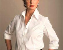 Как носить белую рубашку женщине за 50