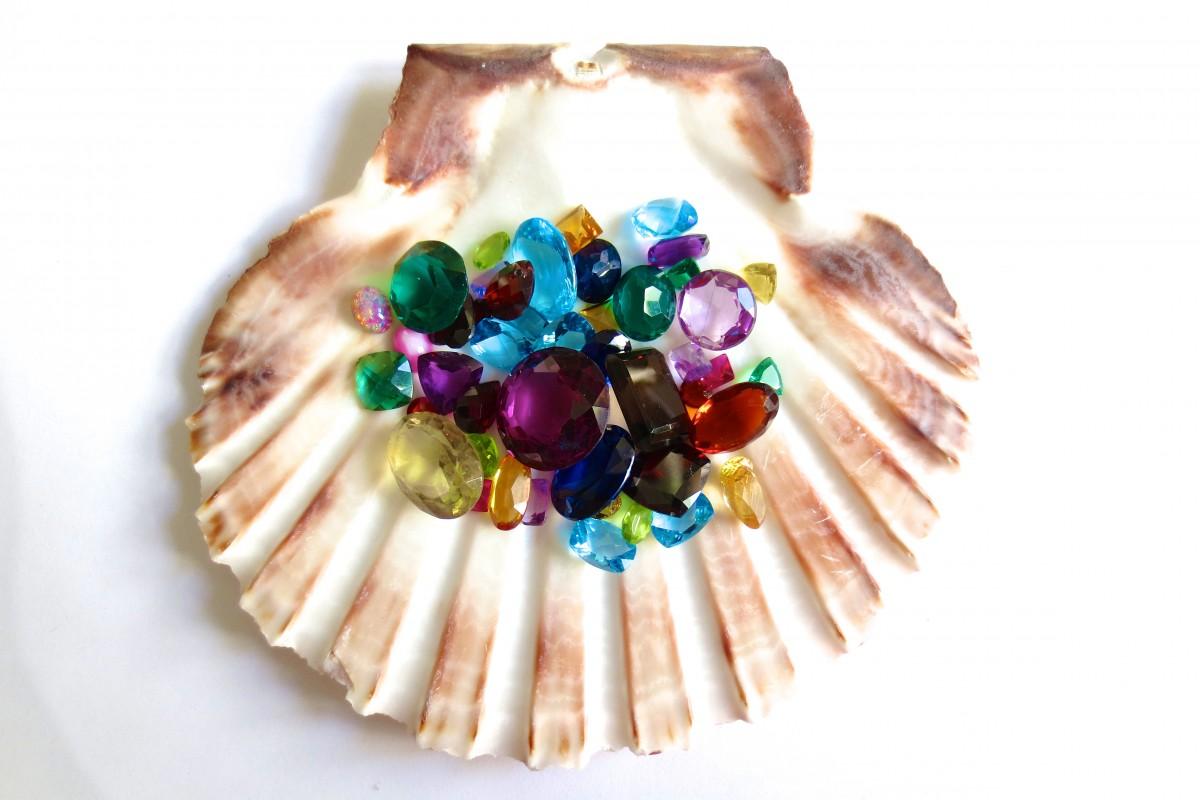 На что влияет цвет камня в украшении