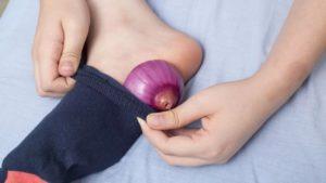 Зачем в носки на ночь кладут лук