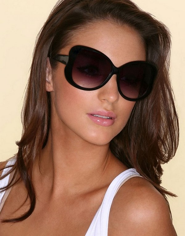 Женщина в очках бабочка