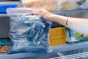 положить джинсы в холодильник