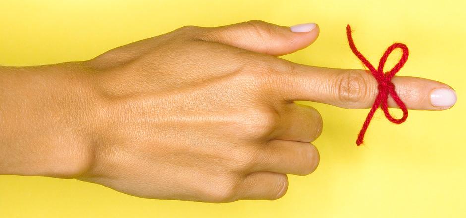 Зачем на пальцы наматывают нитки