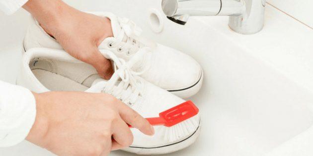 Очищение белой обуви от черных полос