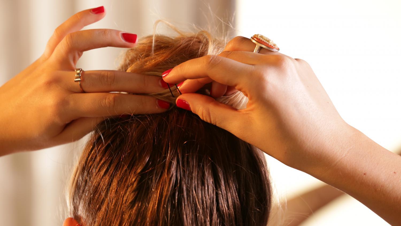 Почему шпильки не держатся в волосах