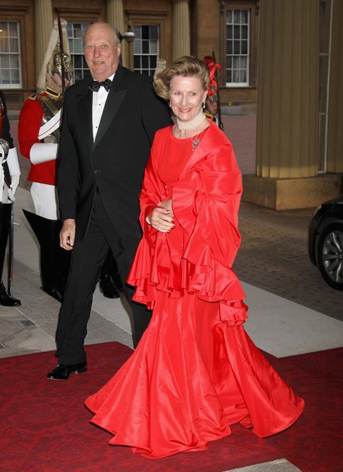 в красном платье