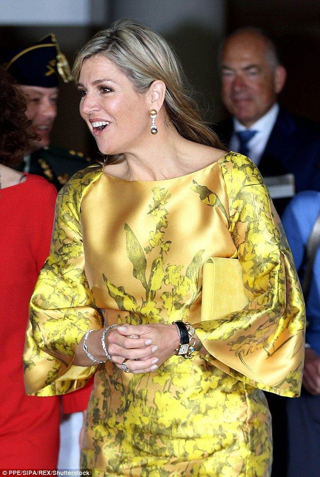 в желтом платье