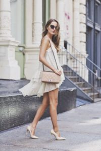 девушка в платье и туфлях