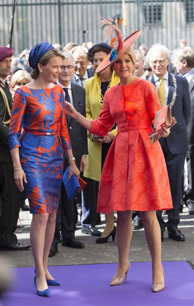 в ярком платье