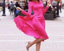 каблуки розовое платье