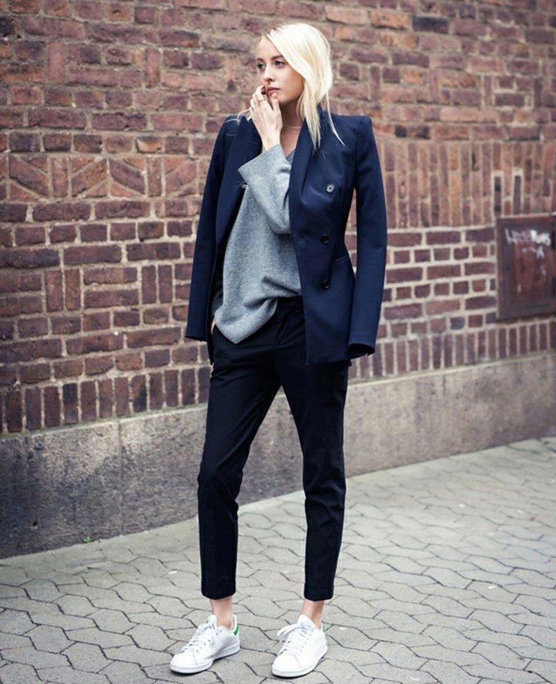 тёмно синий пиджак и чёрные брюки
