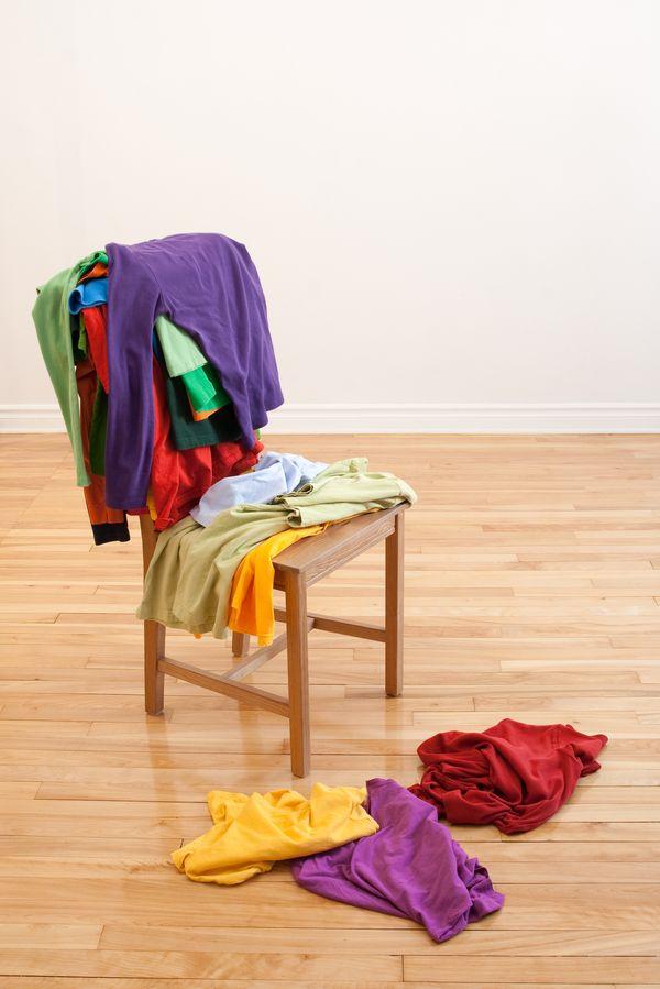 Почему одежду нельзя вешать на спинку стула