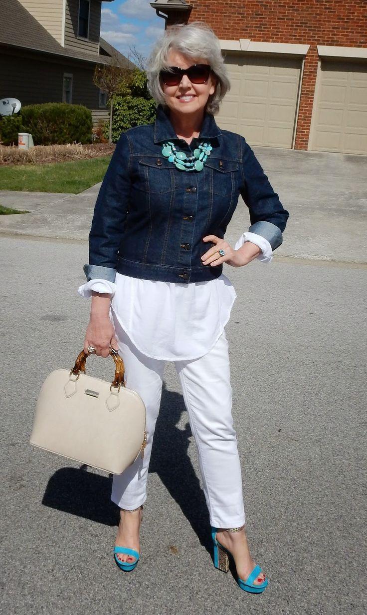 Белые джинсы: с чем носить после 50